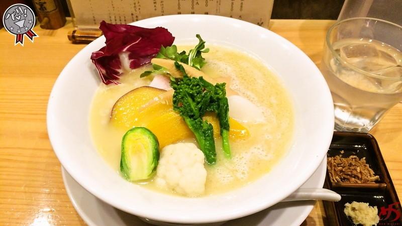 トッピング野菜まで全て洗練♪和の味わいの鶏白湯SOBA