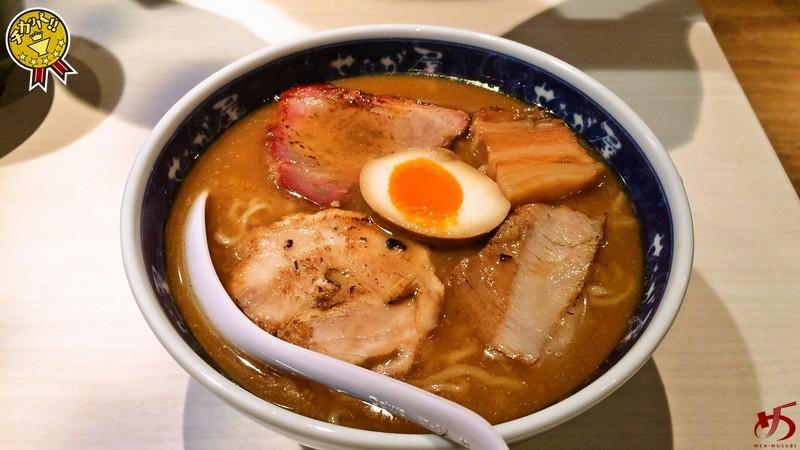 【閉店】醤油と魚が効いた重層的なスープ!味変しつつ3倍楽しむ♪