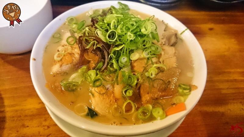 モッチリ太麺×タップリ具材が特長の醤油とんこつラーメン
