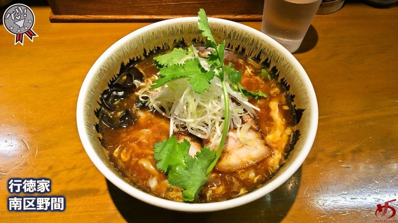単なる辛酸っぱいとは次元が異なる絶品酸辣湯麺は、底支えする出汁が決め手